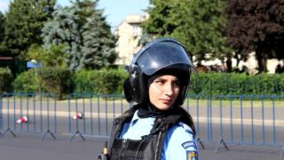 Még mindig nincs meg a bukaresti tüntetésen megvert csendőrnőtől ellopott fegyver