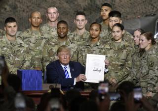 Trump aláírta a 716 milliárd dolláros védelmi költségvetésről szóló törvényt