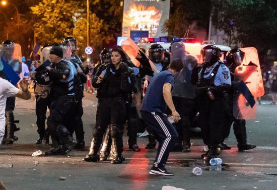 Diaszpóra-tüntetés - Azonosították a férfit, aki a rendőrnő fegyverét ellopta