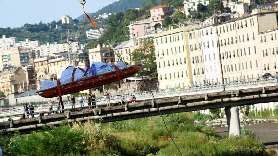 Újabb holttesteket találtak a genovai hídomlás romjai alatt