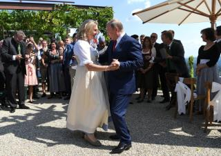 Putyin nászajándékkal készült az osztrák külügyminiszter esküvőjére (FRISSÍTVE)