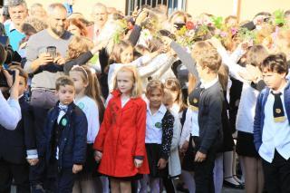 Báthory-líceum: virágalagút az iskolaudvaron