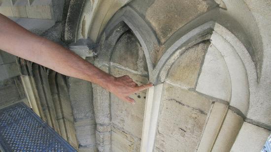 Tisztítják a Szent Mihály-templom külső kőfelületeit