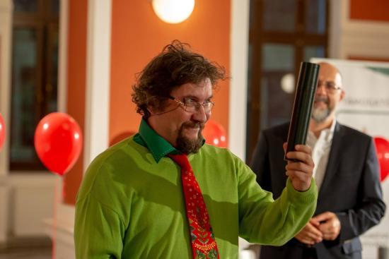 100 év a lépcsőházban – Dálnoky Réka első, Demény Péter második díjat kapott