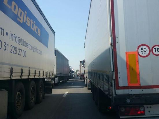 Öt órát várakoznak a kamionok a Nagylak II. határátkelőn