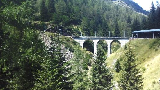 Svájc, ahol a vonat asztalán nem borul fel a vizespohár