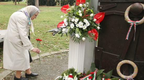 Emlékezés a tízéves sétatéri emlékműtől a fáklyás menetig