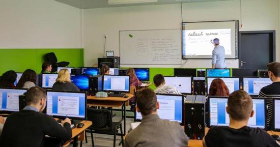 Számítógépeket, okostáblákat vásárol az önkormányzat