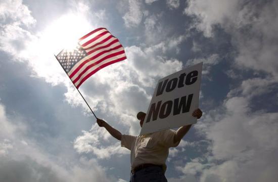 Ömlik a pénz a félidős választások jelöltjeihez az Egyesült Államokban