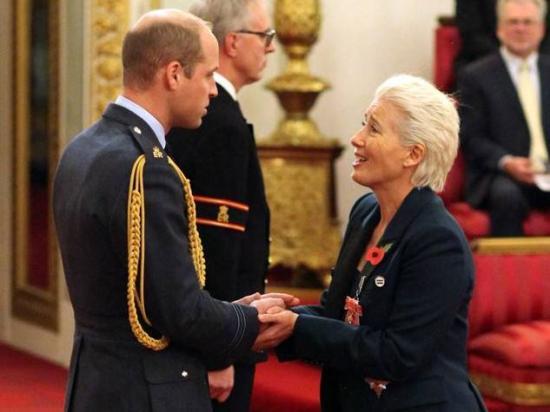 Emma Thompsont és Sarah Gordyt kitüntették a Buckingham-palotában