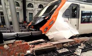 Kisiklott egy személyvonat Barcelona közelében, vannak áldozatok