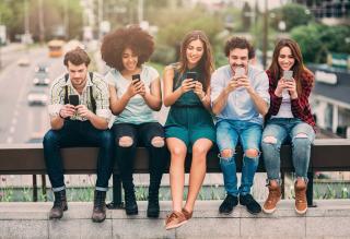 Napi átlagban csaknem négy órát internetezik az Y generáció