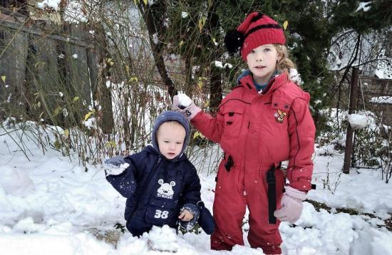Hóhullás, őzek, sapkás kíváncsiság