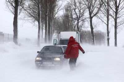 Hófúvás nehezíti a közlekedést az ország déli részén