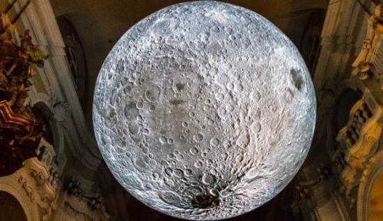 Hétfőtől ismét látható a Holdmúzem – a kiállítást randalírozók miatt kellett bezárni