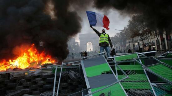 Párizsban könnygázt vetett be a rendőrség a sárgamellényesek ellen