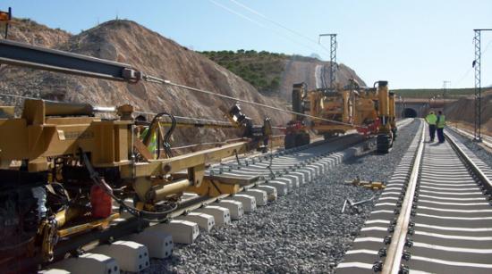 Hány kilométer vasút és autópálya épül még az idén?