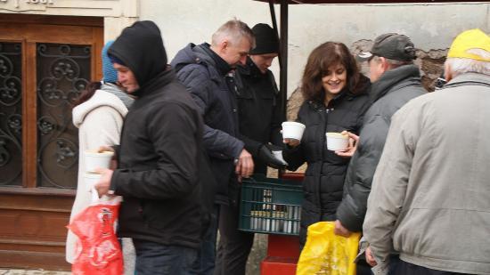 Egy tál meleg étel: öt éve főznek a kolozsvári szegényekre