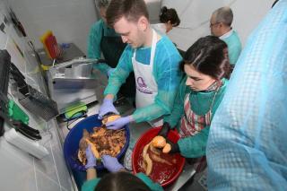 Emil Boc is besegített a szociális konyhán