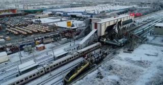 VIDEÓ - Mozdonynak, majd felüljárónak ütközött egy szuperexpressz, többen meghaltak Ankarában