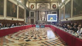 Velencei Bizottság: hatályon kívül kell ...