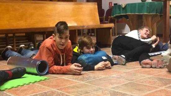 Szokatlanul kreatív találkozó: templomban aludtak a fiatalok