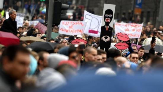 Öt hete tüntetnek a szerb elnök ellen Belgrádban