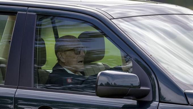 Biztonsági öv nélküli vezetésért figyelmeztette a rendőrség a brit uralkodó férjét