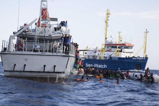 A Sea Watch civilhajó lehorgonyzott Szicília partjainál, de az olasz kikötők zárva maradtak előtte