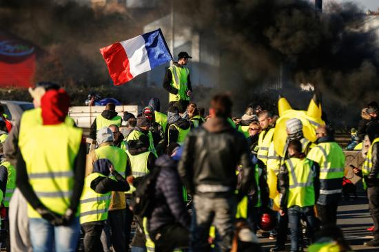 A francia sárgamellényesek ismét utcára vonultak, az egyre növekedő belső ellentétek ellenére