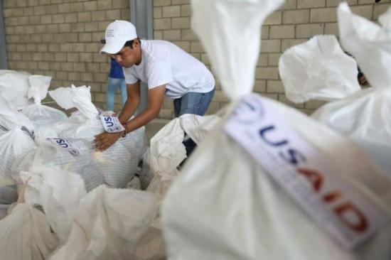 Amerikai külügy: katonai repülőgéppel segélyt szállítunk Venezuelába