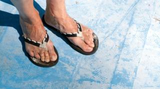 Büntetik a Cinque Terrét strandpapucsban látogató turistákat