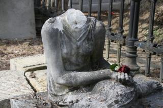 """Nőalakot ábrázoló sírszobrot """"fejeztek le"""" a Házsongárdban"""