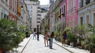 Elege lett egy párizsi utca lakóinak a turisták özönétől