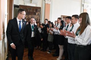 Szijjártó: a magyarságnak nemzeti identitásához, hitéhez ragaszkodó közösségként van jövője