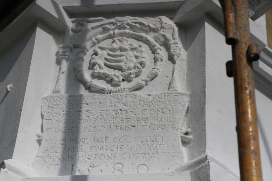 Újabb gondatlanság: évszázados emléktáblát festettek le