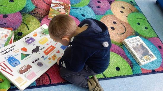 Magyar könyveket bújnak a román gyerekek is a megyei könyvtárban