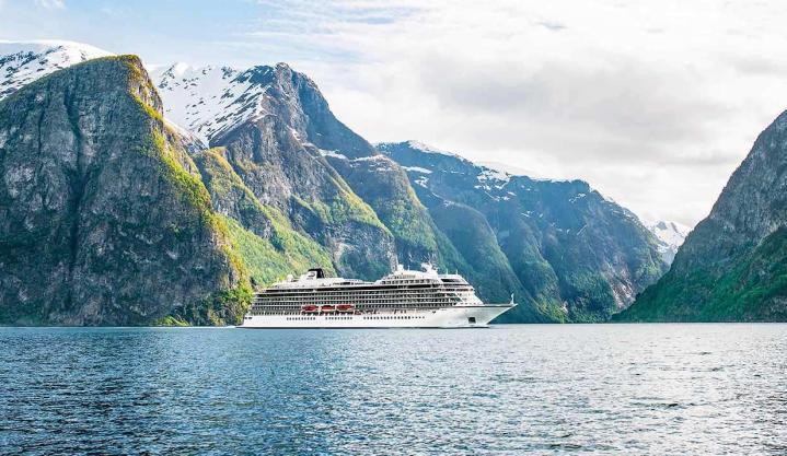 Bajbajutott norvég luxushajó - helikopterrel mentik az utasokat