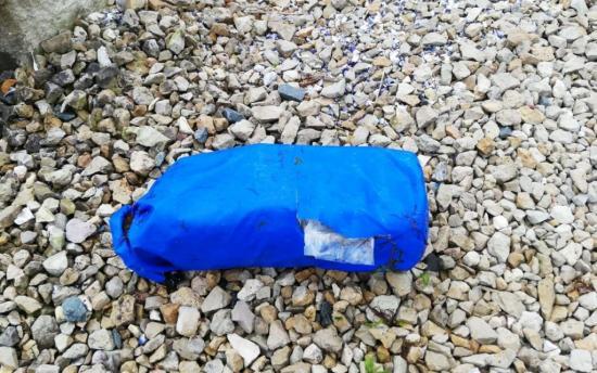 Kilós kokaincsomagokat sodort a partra a tenger (FRISSÍTVE)