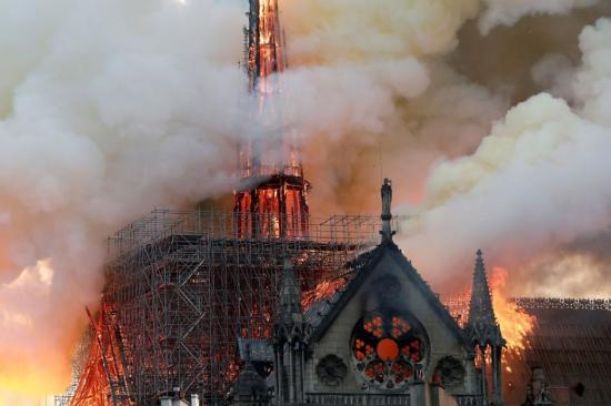 Tűz a Notre Dame székesegyháznál - a lángokat csak több órás erőfeszítéssel tudták megfékezni