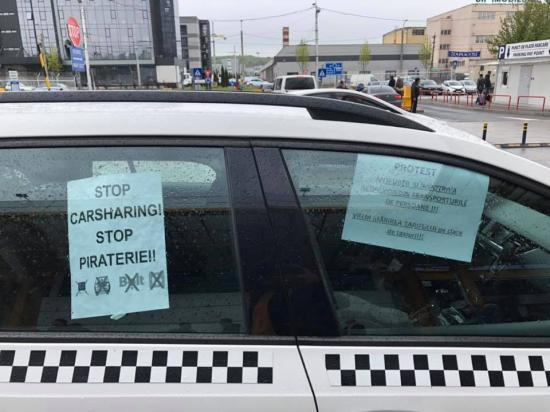 Az autómegosztás és az Uber ellen tiltakozott néhány taxis a repülőtéren