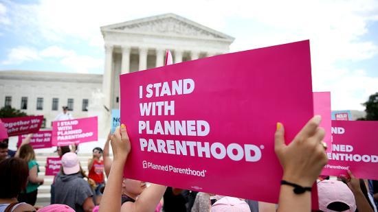 Egy szövetségi bíró felfüggesztette Trump abortusszal kapcsolatos rendeletét
