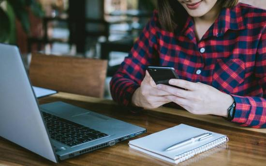 Internetfogyasztási szokások: hírolvasás kontra kapcsolattartás