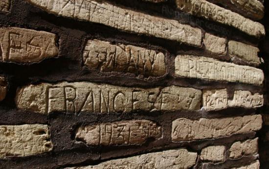 Megszigorítják a Colosseum őrzését, miután egy magyar turistát kaptak vandalizmuson