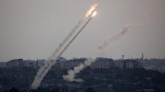 Több száz rakétát lőttek ki Gázából Izraelre, a hadsereg válaszul harckocsikat és rakétákat vetett be