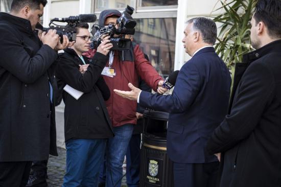 EU-csúcs - Választási részvételre buzdít és az RMDSZ támogatását is kéri Orbán Viktor Nagyszebenben
