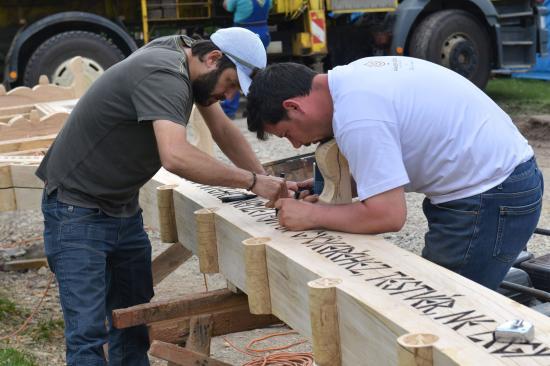 FOTÓK - Székelykaput állítanak fel a csíksomlyói pápai mise helyszínén