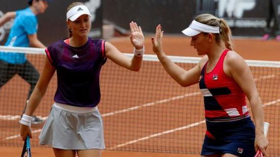 Roland Garros: Magabiztos játékkal döntőbe jutottak Babosék