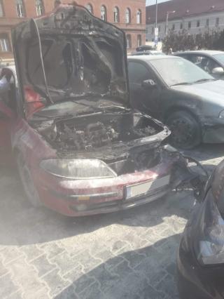 Kigyúlt egy személygépkocsi a Heltai/Kispiac téren