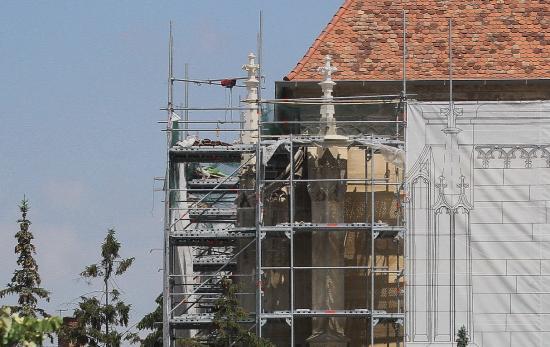 Kőelemeket faragtak újra a Szent Mihály-templomon
